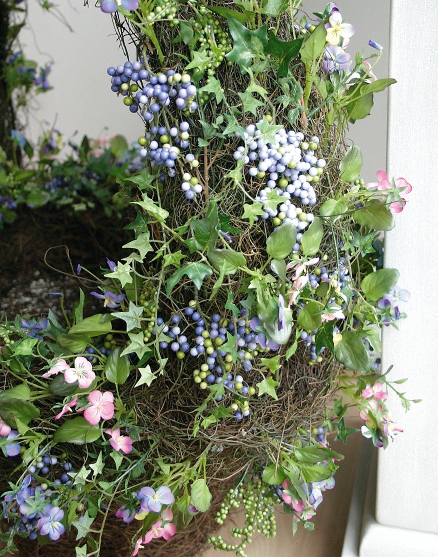 Künstlicher Korb mit Blüten, Blättern und Beeren, 30 cm, bunt