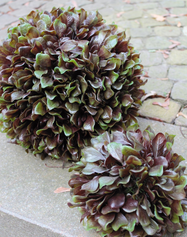 Künstliche Kugel 'Kohlblatt', Ø 20 cm, grün-burgunderrot
